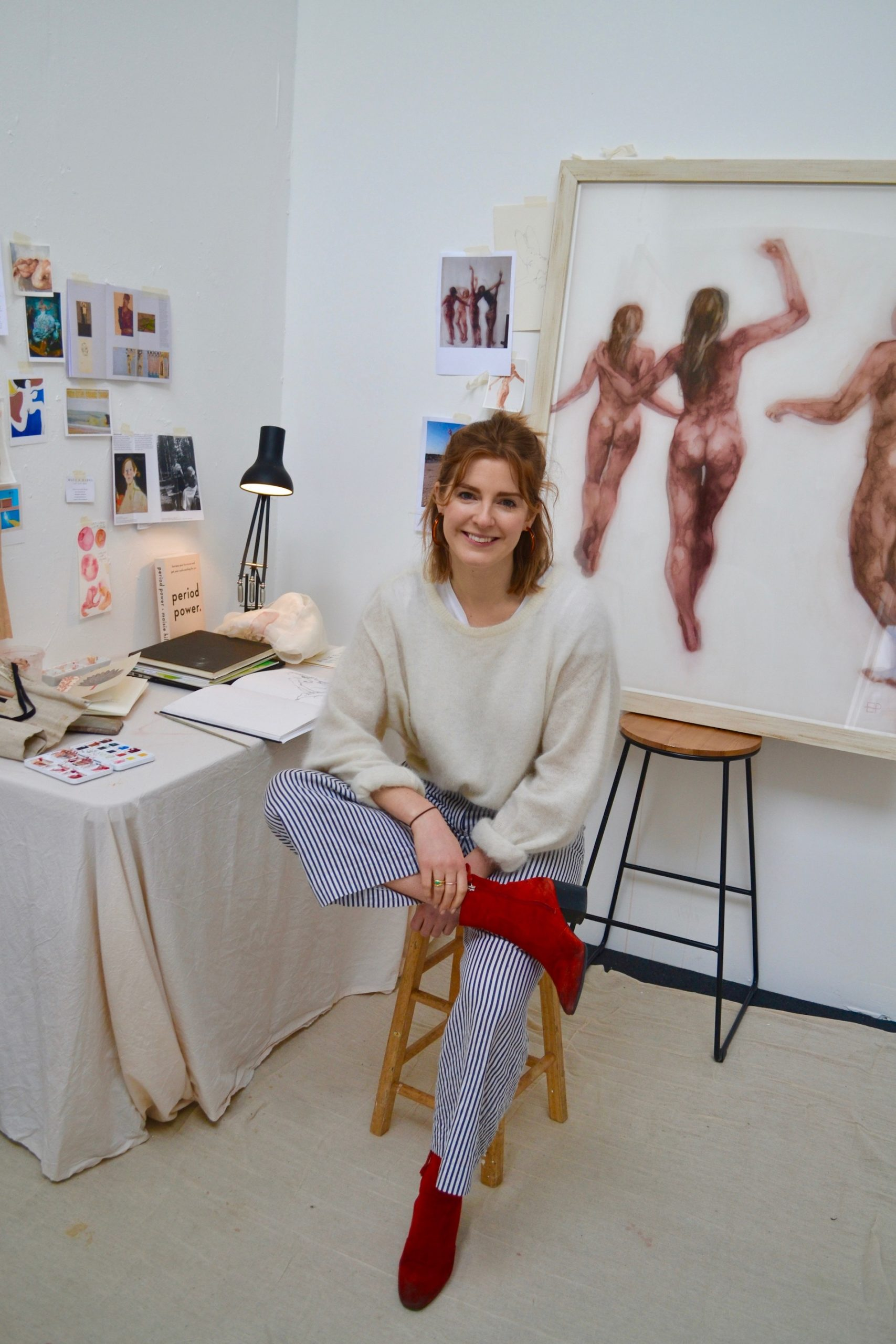 emily ponsonby pull blanc chaussures rouges femmes nues studio artiste