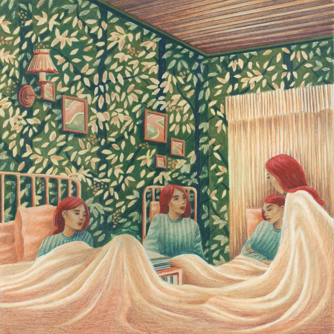 quatre femmes rousses dans une chambre au papier peint fleuri