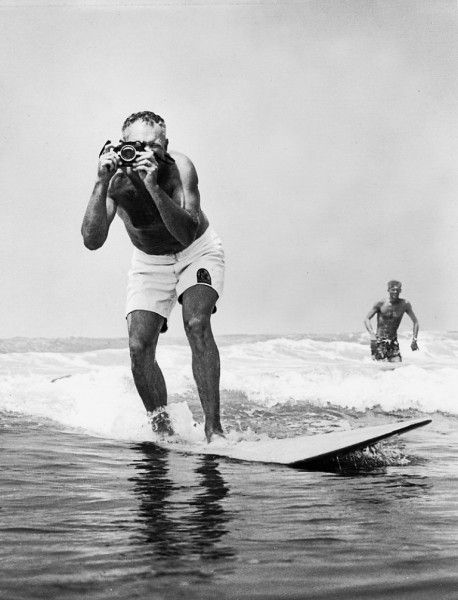 Un homme sur un surf