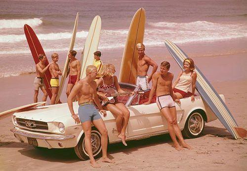 retro vintage groupe d'amis avec planches de surf
