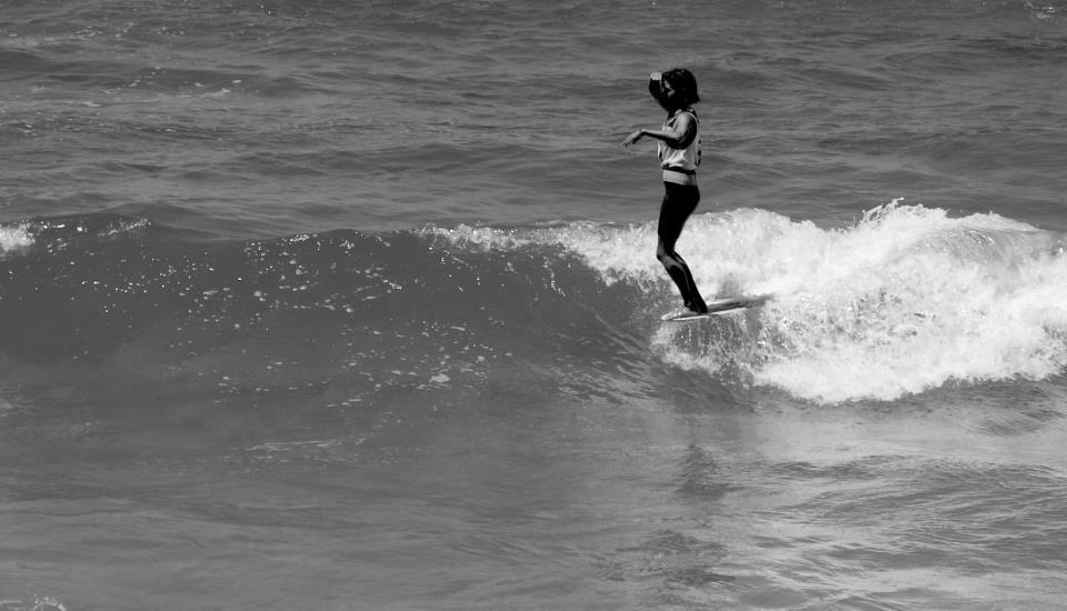 Une surfeuse sur la vague