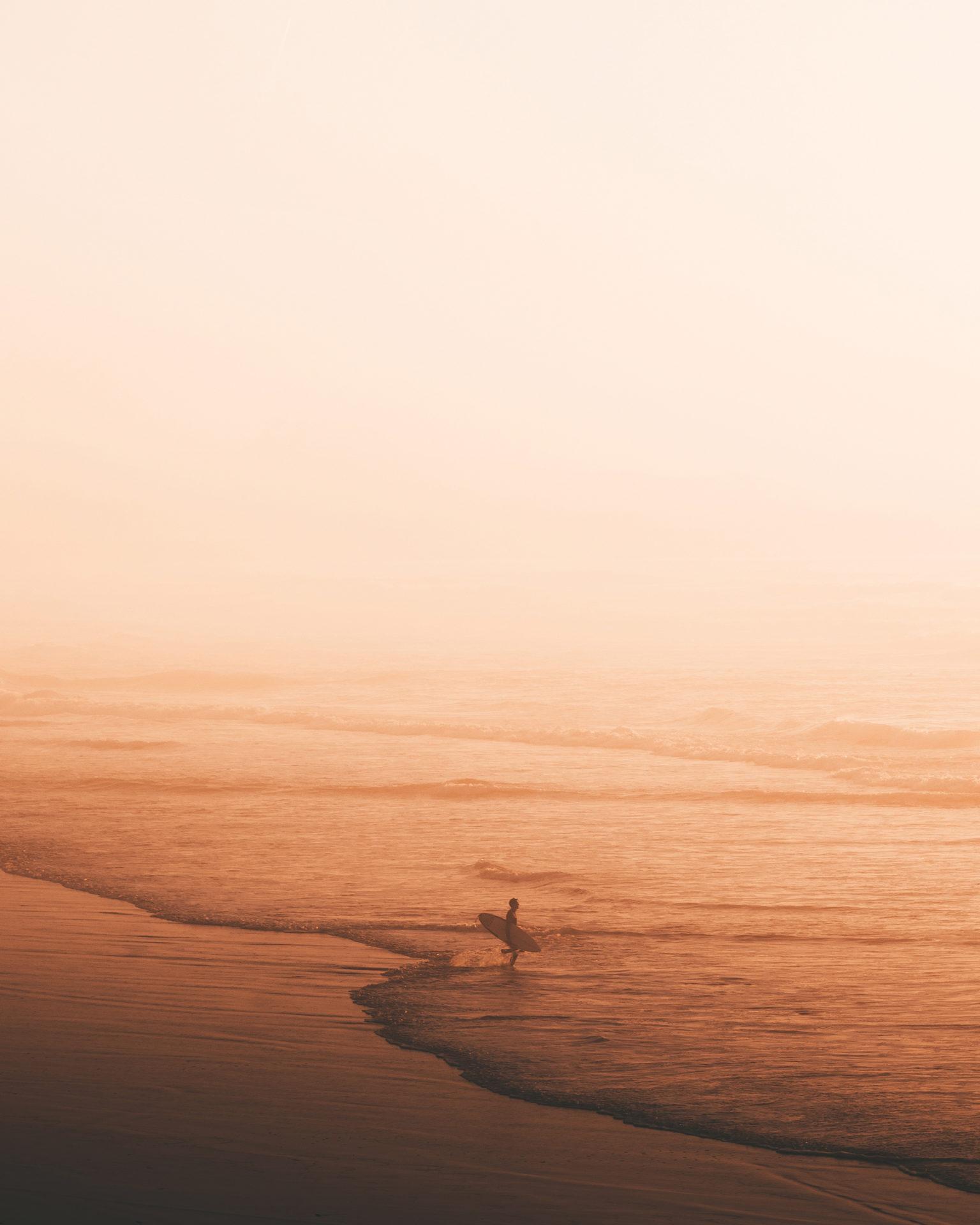 surfuer sur la plage au coucher du soleil