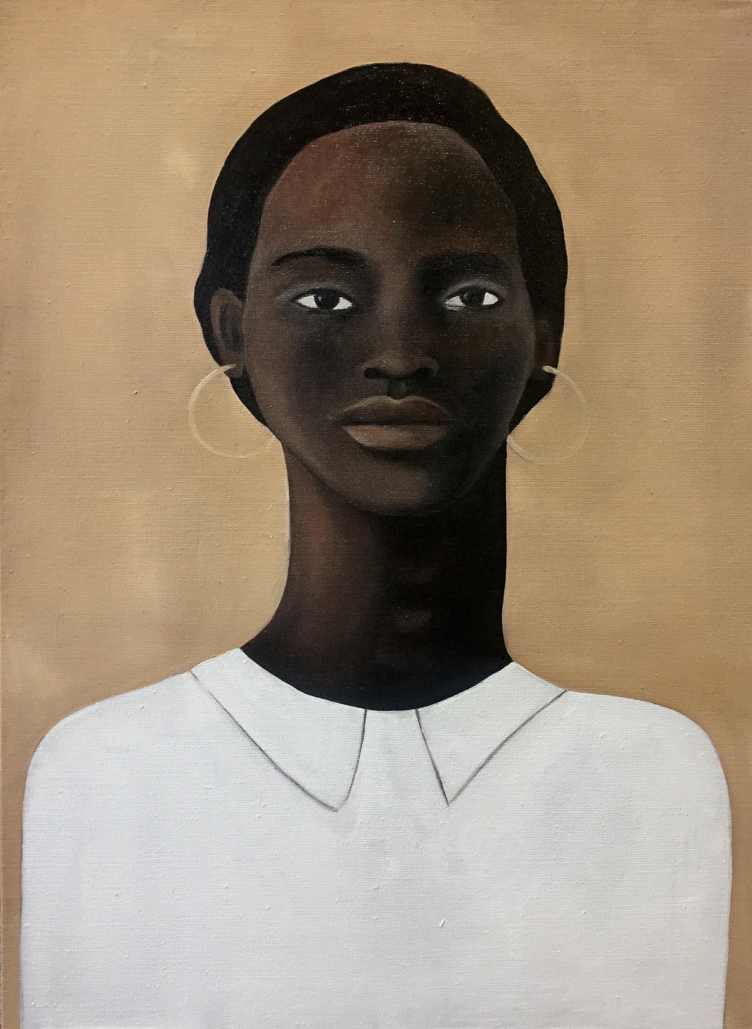 Paula femme de face aux cheveux noirs et haut blanc