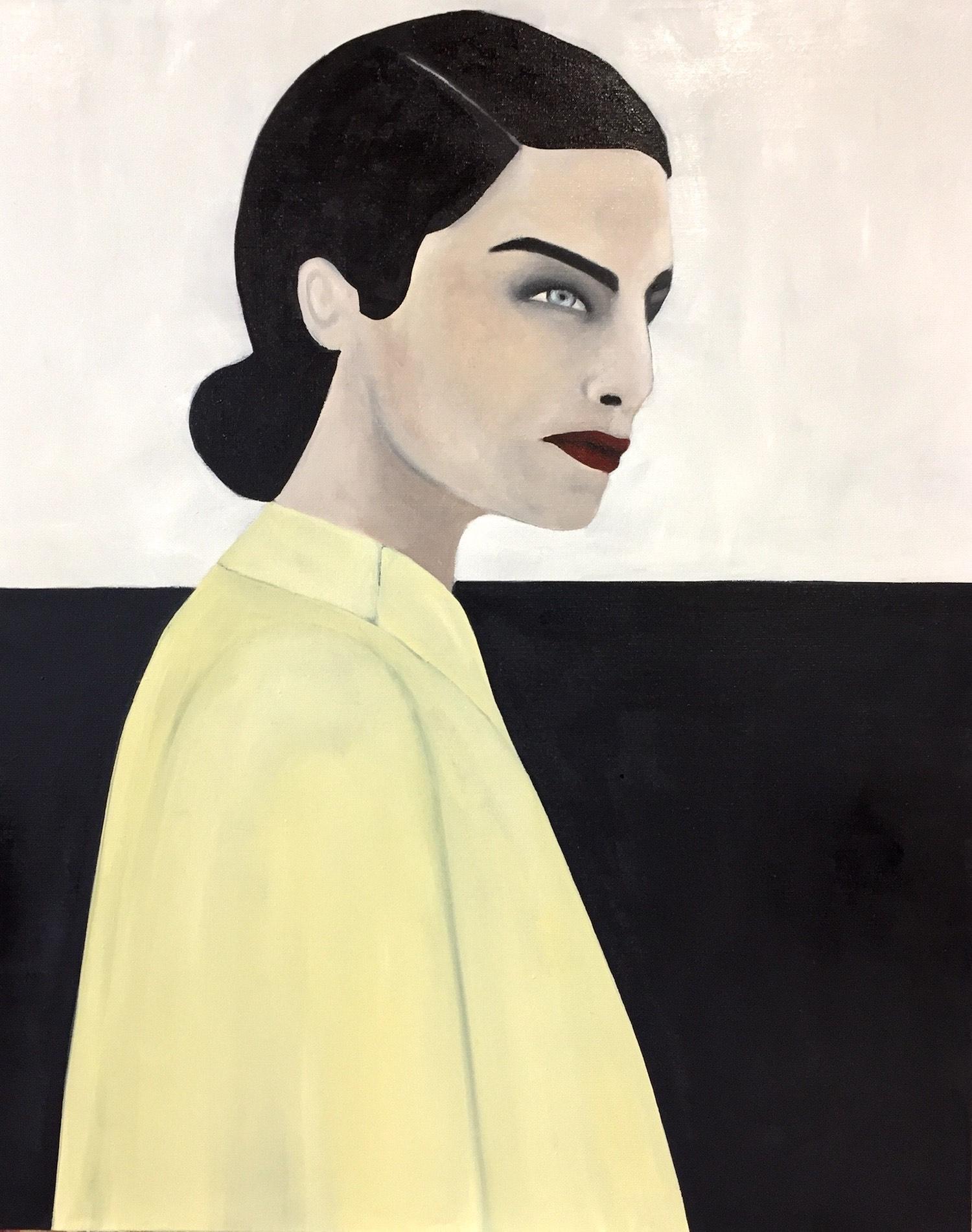 Shir femme brune aux yeux clairs haut jaune