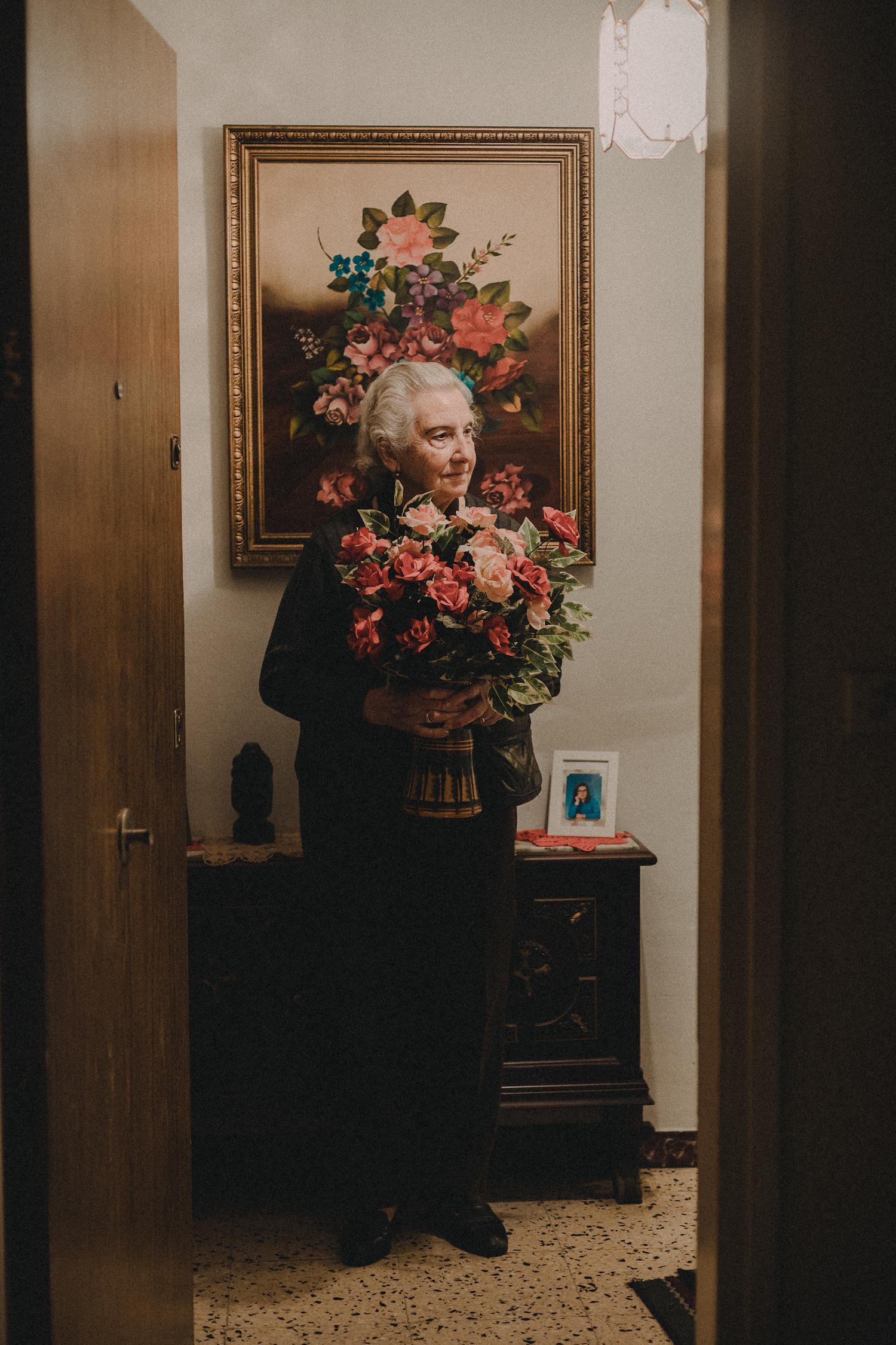 grand-mère et bouquet de fleurs portrait