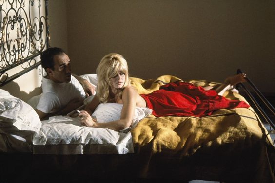 Bardot Le Mépris bombe lit sexualité robe rouge ombres