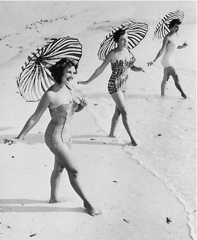 femmes sur le sable en noir et blanc
