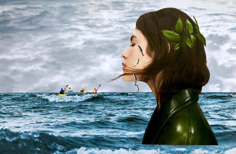 Portrait de femme surgissant de l'océan devant un bateau de pêcheur et pleurant des poissons