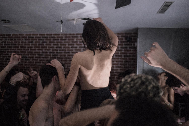 Femme dos nu dansant au dessus de la foule