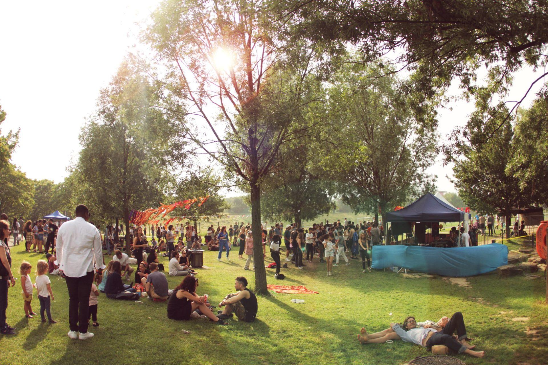 openair musical dans un parc avec des gens assis sur la pelouse