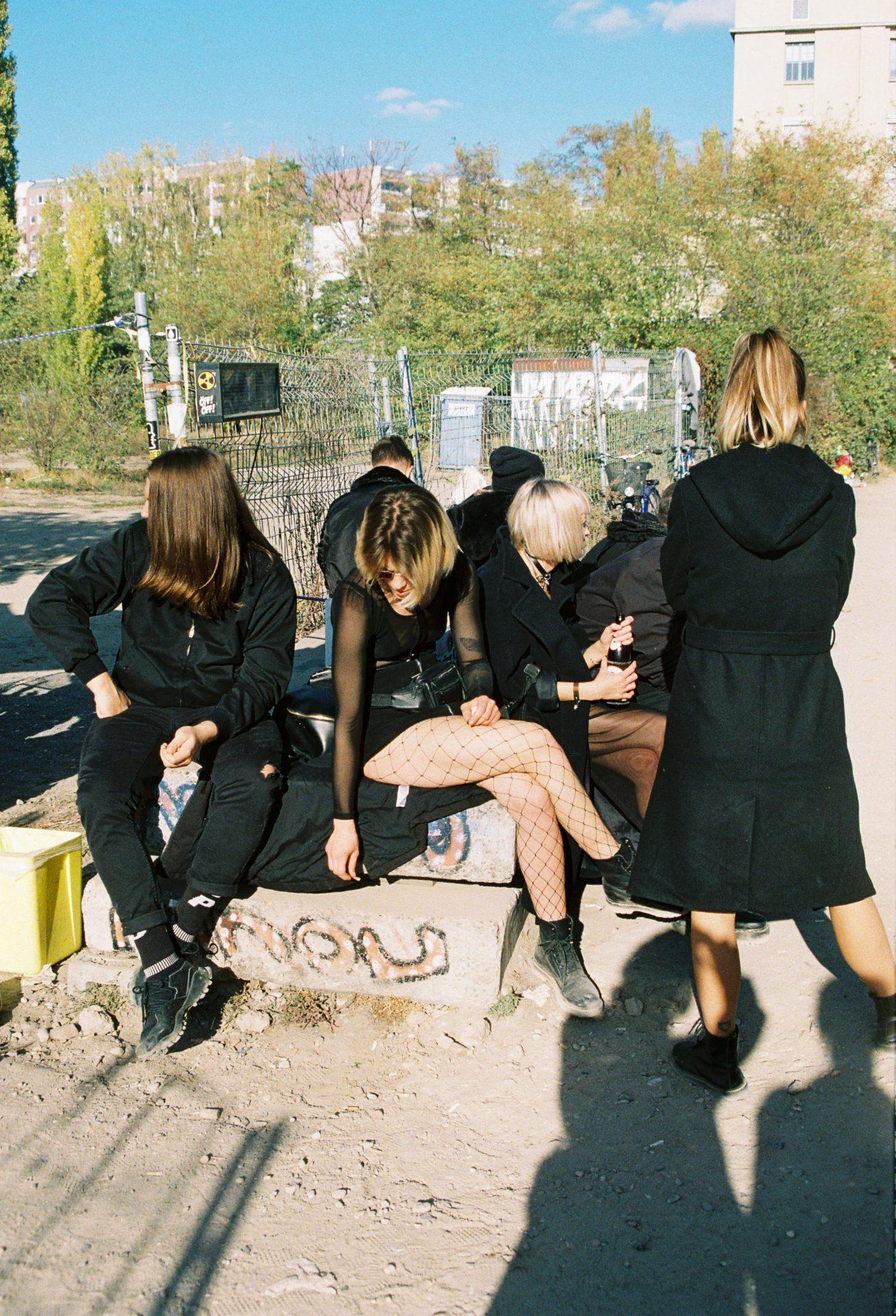 groupe de jeunes femmes habillées en noir, assises a l'extérieur Berlin
