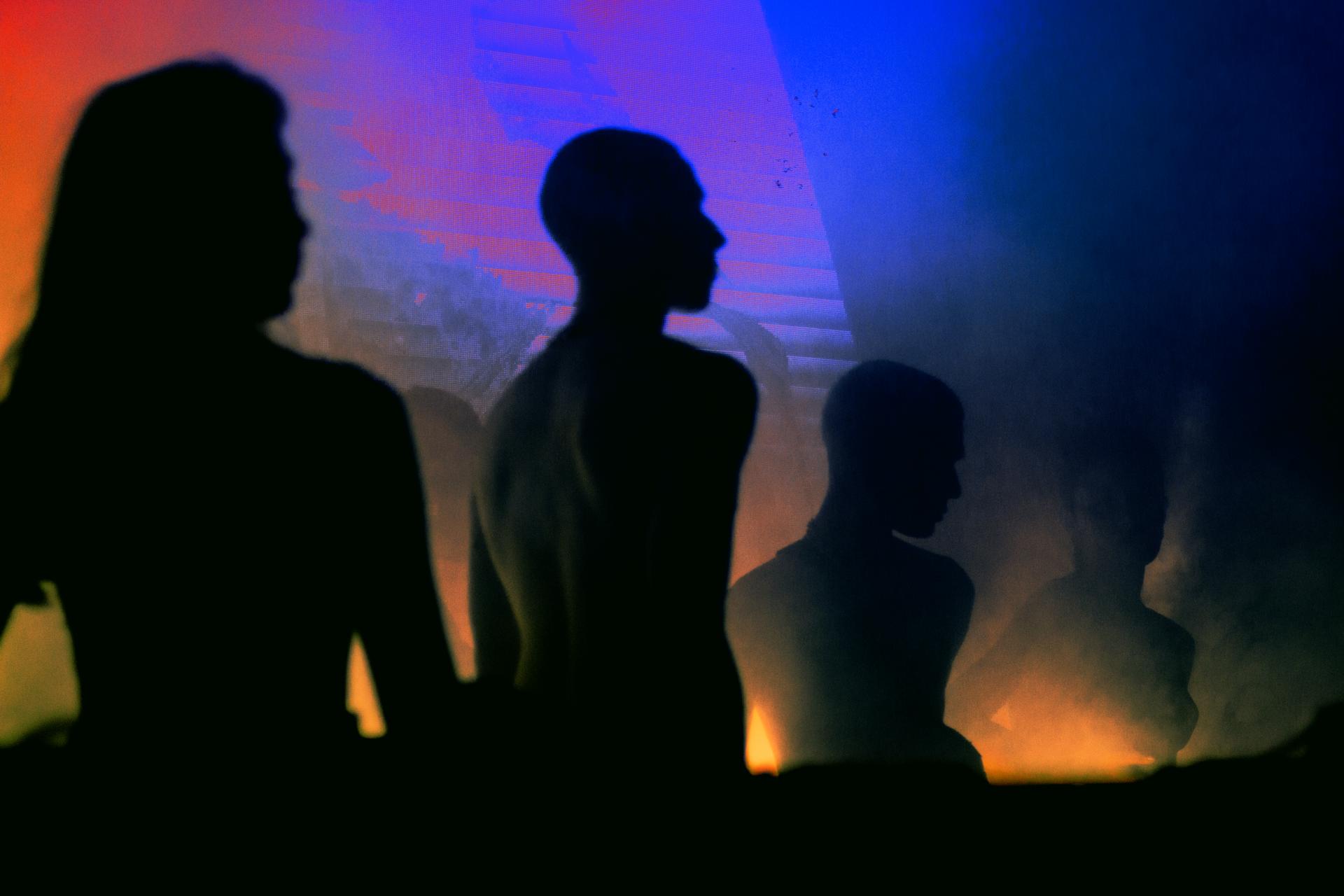 silhouettes sur fond de lumierers muticolor