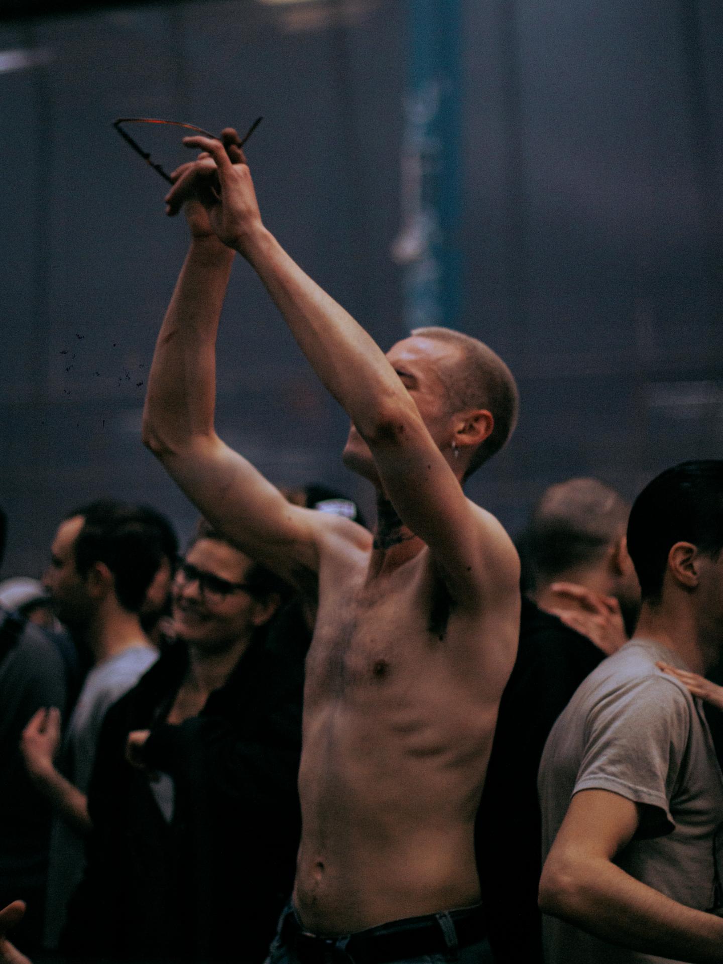 homme dansant torse nu