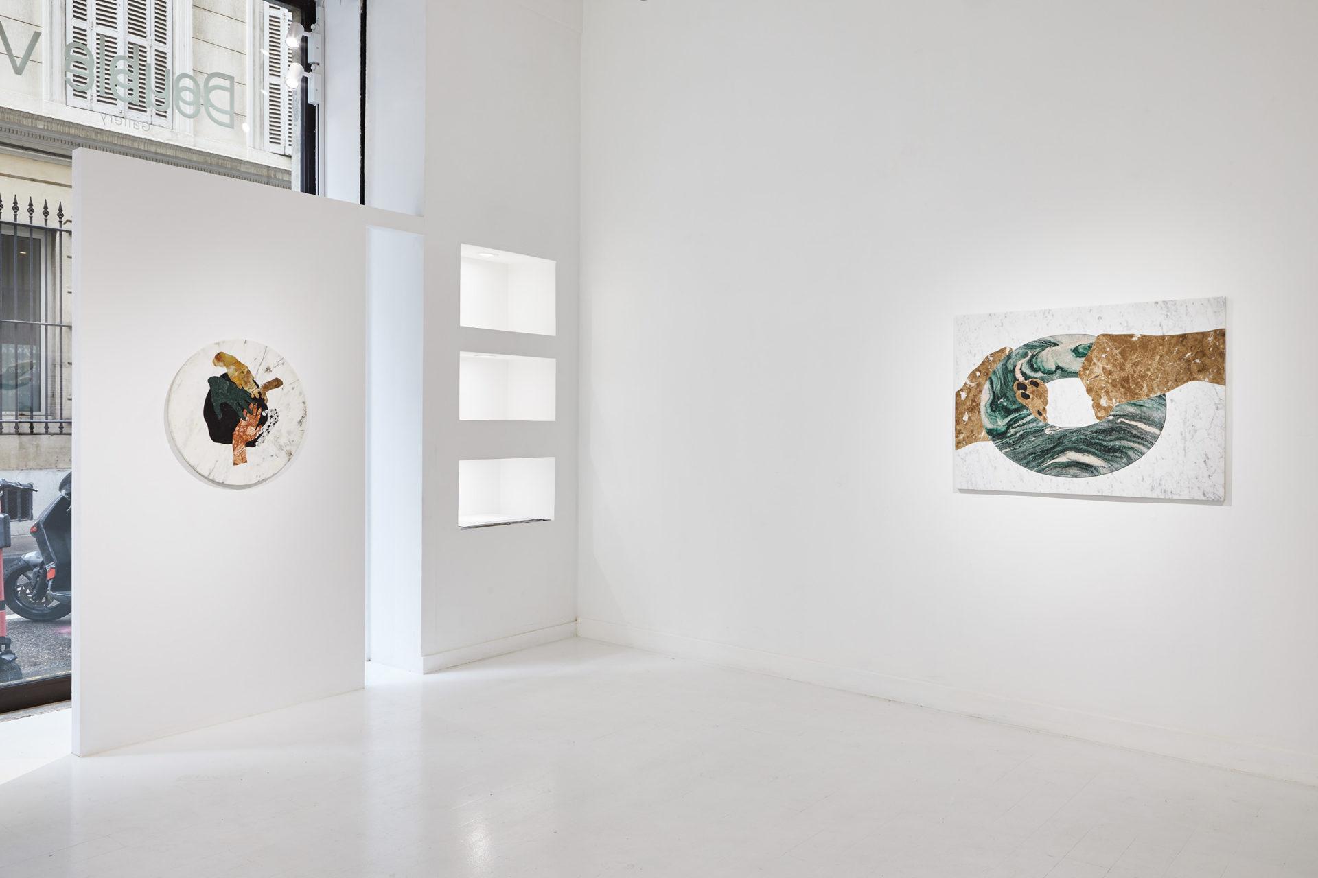 Vue de l'intérieur de la Double V gallery à Marseille. Murs blancs Avec 2 oeuvres d'Alice Guittard