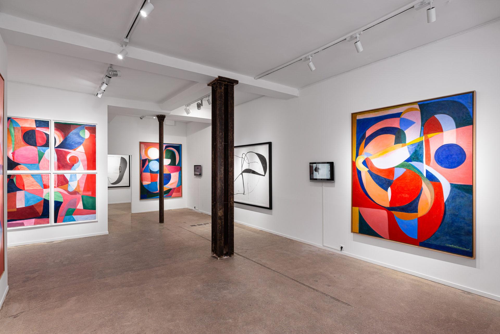 Vue intérieur de la Double V Gallery à Marseille. Tableaux de Caroline Denervaud très colorés